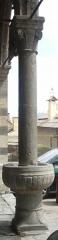 Eglise paroissiale Saint-Marcellin - Français:   bénitier sur la colonne à gauche du lion (Saint Marcellin la Salle les Alpes)