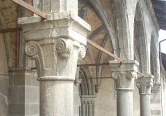 Eglise paroissiale Saint-Marcellin - Français:   chapiteaux des colonnes du porche (Saint Marcellin la Salle les Alpes)  Utilisateur:Melendil