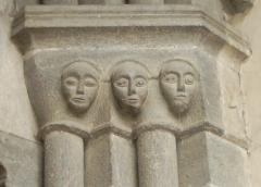 Eglise paroissiale Saint-Marcellin - Français:   masques du portail extérieur (Saint Marcellin la Salle les Alpes)  Utilisateur:Melendil