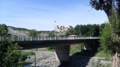 Château - English: Bridge over the Durance river; in the back, tha castle of Tallard - Hautes-Alpes, France