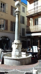 Fontaine - English: colonne romaine Antibes