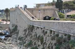 Remparts et demi-bastion 17 dit Fort Saint-André - English: Bastion Saint-André, Antibes, with Musée d'archéologie d'Antibes