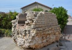 Remparts et demi-bastion 17 dit Fort Saint-André - English: Part of Aqueduc Fontvielle, outside Musée d'arcéologie d'Antibes