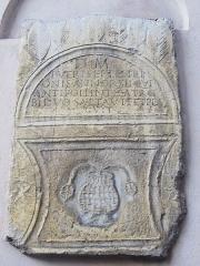 Remparts et demi-bastion 17 dit Fort Saint-André -  stèle funéraire de l'enfant Septentrion Antibes