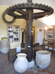Château Grimaldi ou château de Cagnes - English: Wheel of olive mill preserved in the museum of the castle of Cagnes (Alpes-Maritimes, France).