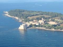 Château fort ou ancien monastère de Lérins -  Aerial tour of the Cote d'Azur