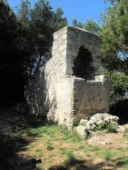 Fours à boulets - English: The cannonball furnace of the batterie des Républicains on the pointe Saint-Féréol at the east coast of Saint-Honorat island (Alpes-Maritimes, France).