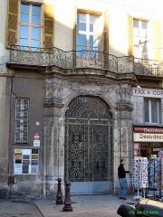 Immeuble dit Palais d'York -  Nice-Vieille Ville. Porte sur la place du palais de justice