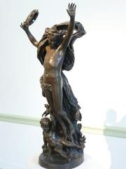 Musée Cheret - Au musée des Beaux-Arts Jules Chéret de Nice (Alpes-Maritimes), Génie de la Danse avec l'Amour à la folie, bronze de 1872.