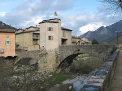 Vieux pont et tour qui le surmonte - English:   The bridge of Sospel, seen from the outside of the town, Alpes-Maritimes, France.