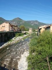 Vieux pont et tour qui le surmonte - Français:   Sospel, dans les Alpes-Maritime. La Bevera y coule paisiblement, avec le Pont Vieux qui l\'enjambe.