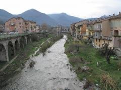 Vieux pont et tour qui le surmonte - English:   The Bevera river at springtime in Sospel, Alpes-Maritimes, France.