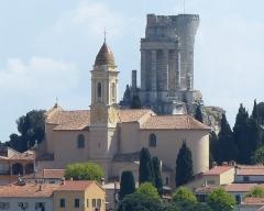 Eglise - Français:   La Turbie (Alpes-Maritimes, France), église St Michel-Archange, extérieur. A l\'arrière le Trophée des Alpes.