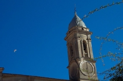 Eglise - Deutsch: La Turbie, Pfarrkirche Saint-Michel. Ansicht des Glockenturms von Nordwesten.