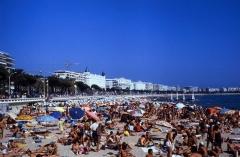 Hôtel Carlton -  Blick nach Osten: Der Strand und die Promenade Boulevard de la Croisette (La Croisette) mit dem Hotel Carlton (Cannes/Côte d'Azur - Département Alpes-Maritimes/Provence-Alpes-Côte d'Azur, Südfrankreich).