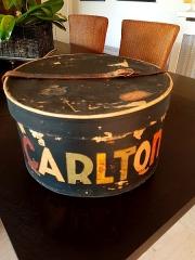 Hôtel Carlton - Français:   Boite à chapeau inscription Typographique de l\'Hôtel Carlton Cannes France