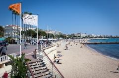 Hôtel Carlton - Français:   Plage du Majestic, boulevard de la Croisette à Cannes. Au bout de la plage, le Carlton.