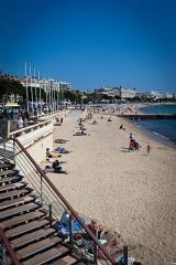 Hôtel Carlton - Français:   Plage du Majestic, boulevard de la Croisette à Cannes. En arrière-plan, le Carlton.