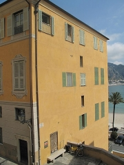 Hôtel Pretti - English: Side view of the hotel Pretti, with windows painted as tromple l'oeil in Menton (Alpes-Maritimes, France).