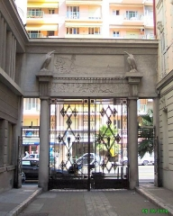 Immeuble Gloria Mansions -  Nice-Quartier des Baumettes Le Gloria Mansions, 125 Rue de France, quartier des Baumettes  Détail du portail d'entrée, vue en sortant   Prise de vue N, circa 10h