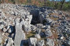 Dolmen et tombe en blocs de Mauvans Sud - Français:   Saint-Cézaire-sur-Siagne - Dolmen de Mauvans sud