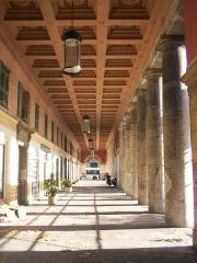Ensemble concerté constitué au fond du port Lympia -  Arcades de la Place Ile de Beauté, coté est et rue Arson.