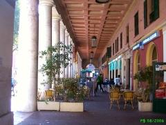 Ensemble concerté constitué au fond du port Lympia -  Les arcades de la place Ile de Beauté abritent à présent des cafés du coté de la rue Cassini.