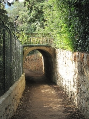 Propriété dite Villa Cypris - English: Arch of the littoral path under the passage to the gallery of the villa Cypris in Roquebrune Cap-Martin (Alpes-Maritimes, France). Looking to northwest.