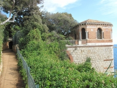 Propriété dite Villa Cypris - English: Gallery over the sea at the villa Cypris in Roquebrune Cap-Martin (Alpes-Maritimes, France), with on the left the coastal path.