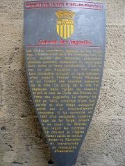 Couvent des Augustins - Français:   Potelet de l\'ancien couvent des Augustins, 51-53 rue Espariat, Aix-en-Provence (France).  Les Ordres mendiants, apparus au bas Moyen Age, s'établissaient dans les faubourgs hors les murs, auprès des nouvelles populations urbaines pauvres, auxquelles ils destinaient leurs soins et leurs prédications. C'est le cas ici des Augustins au 13e siècle.  Leur monastère occupait un vaste bâtiment, allant jusqu'à l'actuel Cours Mirabeau et qui formait une nouvelle extension de la ville. La porte de la ville fut déplacée dans l'angle du couvent, et prit le nom de Porte des Princes ou Porte des Augustins.  Le clocher fut bâti en 1472, constitué d'une tour carrée et d'un étage octogonal porté sur un encorbellement circulaire. Il fut surmonté en 1667 d'un campanile, superbe cage de fer forgé, propre à se jouer du Mistral, qui reçoit les cloches.   Le couvent et l'église furent saisis et vendus durant la Révolution et transformés en immeubles d'habitation.