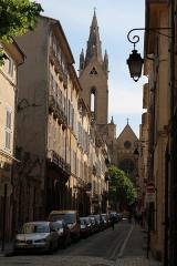 Eglise Saint-Jean-de-Malte - La rue Cardinale, avec l'église Saint-Jean-de-Malte en arrière plan, à Aix-en-Provence (Bouches-du-Rhône, France)