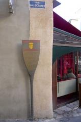 Fontaine des Augustins - Français:   Potelet d\'information de la fontaine des Augustins, Aix-en-Provence, Bouches-du-Rhône (France).  La place fut ouverte comme dégagement de la porte de la ville, lors du huitième agrandissement d'Aix. Un quartier aux rues droites et régulières était ainsi créé à Aix dès la fin du 16e siècle, entre le quartier médiéval et la route d'Avignon et de Marseille.  La fontaine créée en 1620 par Antoine Boyer et Jacques du Val, répondait à ses besoins en eau. Le bassin en pierre froide de Peynier, rénové dès 1627 pour cause de malfaçon, fut complété en 1820 par une colonne romaine provenant de la destruction d'une partie du Palais comtal, qui fut surmontée d'une étoile.   Alimentée à l'origine par une source thermale, puis par la source des Pinchinats, elle déverse à présent l'eau de la ville par le canon à disposition du public. A la fin du 19e siècle, sa surverse conduite vers la gare d'Aix alimentait aussi les locomotives.