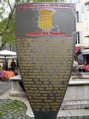 Fontaine des Tanneurs - Français:   Fontaine des Tanneurs, rue des Tanneurs, Aix-en-Provence, France  Elle fut érigée au carrefour de nombreuses rues, pour alimenter en eau le huitième agrandissement de la ville. Situé sous le quartier médiéval, il s'en distingue par des rues droites et régulières construites dès la fin du 16e siècle, qui débouchaient sur la route très fréquentée allant d'Avignon à Marseille.  Cette fontaine recevait à l'origine son eau de la surverse de la fontaine de l'Hôtel de Ville. Bientôt tarie, ses canalisations étant mal entretenues, elle fut rénovée en 1792.  En 1861 il fut décidé de refaire le bassin qui fuyait. Si bien que de la fontaine d'origine il ne reste que l'urne et les éléments sculptés par Jean Chastel qui furent soigneusement retirés lors des travaux.   Le corps est en pierre de Calissanne et porte des têtes de lions fondus par Escursan. Le bassin octogonal est en pierre de Pourrières. Les pans concaves faisant face aux canons en facilitent l'accès. Elle reçoit l'eau de la ville.