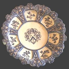 Hôtel d'Estienne de Saint-Jean, actuellement Musée du Vieil Aix - Français:   Grand plat circulaire à bords chantournés et gaufrés de 53 cm de diamètre  de la fabrique de Saint-Jean-du-Désert à Marseille. Dans le médaillon central un écusson timbré d\'un casque de face porte les armes des Miollis, \