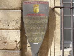 Ancien Hôtel Maynier d'Oppède ou Thomassin de Saint-Paul - Français:   Potelet hôtel Maynier d\'Oppède, 23 rue Gaston-de-Saporta, Aix-en-Provence (France ).  NB: cet hôtel abrite depuis le 1er octobre 2013 le service Formation Professionnelle Continue de l'Université d'Aix-Marseille .    «Construit sur une ancienne résidence des archevêques, le bâtiment appartint à la famille d'Oppède de 1490 à 1730. Cette famille illustre donna plusieurs Présidents au Parlement, des consuls à la Ville, des ambassadeurs au Roi. Pourtant le plus célèbre d'entre eux, Jean, reste dans les mémoires pour sa cruauté dans la répression des Vaudois du Lubéron qu'il pourchassa sans pitié en 1545. Les Thomassin de Saint Paul l'acquièrent en 1730. La forme actuelle de l'hôtel, datée de 1757, lui fut donnée par George Vallon et décorée par Jean Chastel, dans un style Régence. Les hauts pilastres corinthiens qui joignent deux niveaux d'habitation le classent dans l'ordre colossal.  Bâtiment unique de l'Université des Lettres de sa création en 1846 à 1950, il abrite aujourd'hui l'Institut d'Etudes Françaises pour Etudiants Etrangers.»
