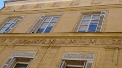 Hôtel Peyronetti - Français:   Façade d\'un hôtel particulier d\'Aix-en-Provence présentant une frise décorative.