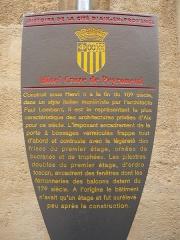 Hôtel Peyronetti - Français:   Hôtel Croze de Peyronetti, 13 rue Aude, Aix-en-Provence, France.  Construit sous Henri II à la fin du 16e siècle, dans un style italien maniériste par l'architecte Paul Lombard, il est le représentant le plus caractéristique des architectures privées d'Aix pour ce siècle.  L'imposant encadrement de la porte à bossages vermiculés frappe tout d'abord et contraste avec la légèreté des frises du premier étage, ornées de bucranes et de trophées.  Les pilastres doubles du premier étage, d'ordre toscan, encadrent des fenêtres dont les ferronneries des balcons datent du 17e siècle.   A l'origine le bâtiment n'avait qu'un étage et fut surélevé peu après la construction.