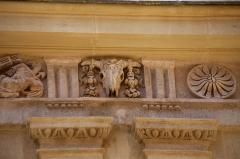 Hôtel Peyronetti - Français:   Hôtel Croze de Peyronetti: Construit sous Henry II, à la fin du 16ème siècle dans un style italien par l\'architecte Paul Lombard, il est le représentant le plus caractéristique des architectures privées d\'Aix pour ce sièlce. Les frises du premier étage sont ornées de bucranes et de trophées.