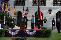 Maison -  110607-N-HG258-169  WASHINGTON, D.C. (June 7, 2011) President Barack Obama welcomes Chancellor Angela Merkel to the podium to deliver remarks during the arrival ceremony welcoming the chancellor of the Federal Republic of Germany, Angela Merkel. Military arrival ceremonies for visiting dignitaries have been held on the south lawn of the White House since the Kennedy administration. (U.S. Navy Photo by MUC Stephen Hassay/Released)