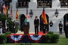 Maison -  110607-N-HG258-175 WASHINGTON, D.C. (June 7, 2011) Chancellor Angela Merkel delivers remarks during the arrival ceremony welcoming the chancellor of the Federal Republic of Germany, Angela Merkel. Military arrival ceremonies for visiting dignitaries have been held on the south lawn of the White House since the Kennedy administration. (U.S. Navy Photo by MUC Stephen Hassay/Released)
