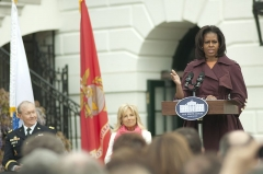 Maison -  First lady Michelle Obama, right, speaks as Chairman of the Joint Chiefs of Staff Army Gen. Martin E. Dempsey, left, and Jill Biden, the wife of Vice President Joe Biden, center, listen during a ceremony marking the first anniversary of Joining Forces on the south lawn of the White House in Washington April 11, 2012. Joining Forces, pioneered by the first lady and Jill Biden, was a national initiative to support U.S. Service members and their families. (DoD photo by Tech. Sgt. Jess D. Harvey, U.S. Air Force/Released)