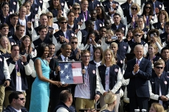 Maison -  From left to right, first lady Michelle Obama, President Barack Obama, Paralympic swimmer Brad Snyder, Olympic fencer Mariel Zagunis and Vice President Joe Biden and members of the U.S. Olympic and Paralympic teams pose for a photograph at the White House, Washington, D.C., Sept. 14, 2012. (U.S. Air Force photo by Desiree N. Palacios/Released)