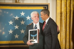 Maison -  Ray Kapaun stands with President Barack Obama while holding the Medal of Honor that was presented posthumously to his uncle, U.S. Army Capt. Emil J. Kapaun, April 11, 2013, at the White House in Washington, D.C. Capt. Kapaun, a chaplain who served with the 3rd Battalion, 8th Cavalry Regiment, 1st Cavalry Division, was recognized for his actions during combat operations in the Korean War. (DoD photo by Staff Sgt. Teddy Wade, U.S. Army/Released)