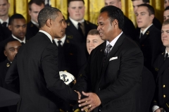 Maison -  President Barack Obama, left, greets Ken Niumatalolo, the head coach of the U.S. Naval Academy football team, during a ceremony April 12, 2013, at the White House in Washington, D.C. The president presented the team with the Commander in Chief's Trophy, an honor presented to the team with the most victories against its service rival. (DoD photo by E.J. Hersom/Released)