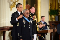 Maison - English: President Barack H. Obama, left, presents a Medal of Honor to former U.S. Army Sgt. 1st Class Melvin Morris in the White House in Washington, D.C., March 18, 2014. Morris was one of 24 Army veterans to receive the award during the ceremony. He was recognized for his actions Sept. 17, 1969, while serving in the Vietnam War. (DoD photo by Sgt. Justin Wagoner, U.S. Army/Released)