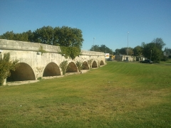 Aqueduc du Pont de Crau (restes) - English: The Aqueduc section that crosses the roundabout of Pont Du Crau.