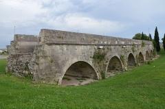Aqueduc du Pont de Crau (restes) -  Aqueduct of Pont de Crau built in the 1st century AD, Arles, France