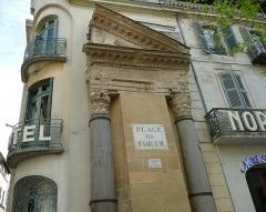 Colonnes dites de Saint-Lucien - Français:   Demi-fronton et 2 chapiteaux corinthiens, seuls vestiges d\'un petit temple à la limite nord de l\'antique forum romain d\'Arles (13).