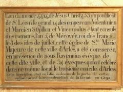 Eglise de la Major - Arles (Bouches-du-Rhône, France), intérieur de l'église Notre-Dame-la-Major, chapelle St Martin, relevé d'une inscription figurant sur la façade de l'église jusqu'à sa réfection en 1592 et authentifiant sa consécration en 453 par l'archevêque d'Arles Ravennius lors du troisième concile d'Arles qui se tint dans cet édifice.