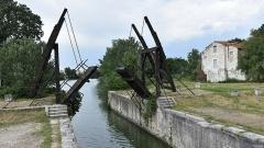 Pont Van-Gogh et maison pontière - Nederlands: Brug van van Gogh te Arles 23-05-2018 17-08-00
